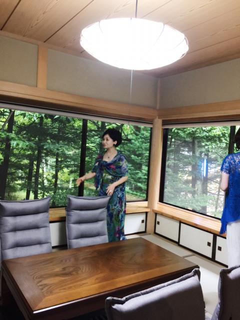 障子を外し、大きなロールスクリーンに変えて 外の緑を思い切り取り込めるようにした和室をご案内したり....