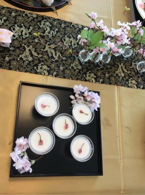 杏仁豆腐の上からクリアータイプのゼリーを桜のリキュールでほんのりピンクにして