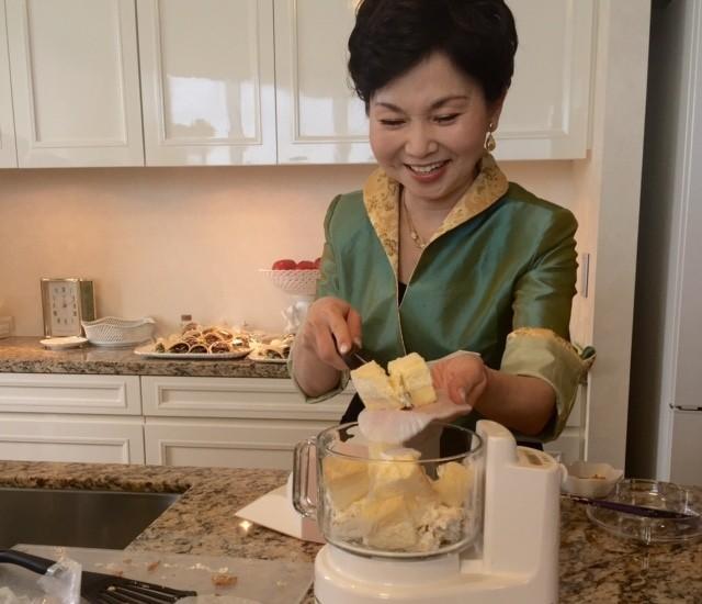チーズケーキと先ほどのロールケーキの生クリームをフードプロセッサーへ