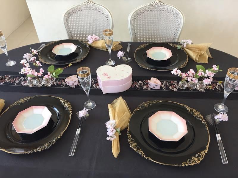 黒をベースに 桜色と金色で大人可愛いテーブルに