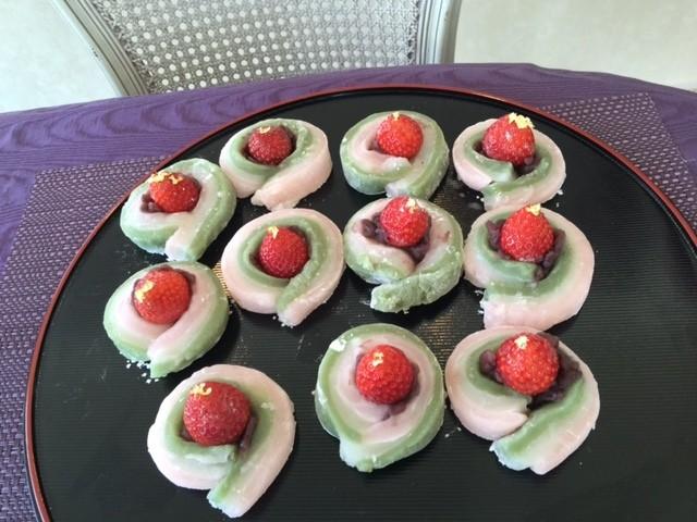 【お雛様大福】  イチゴに白玉粉で作った3色のお餅を着せてみました。