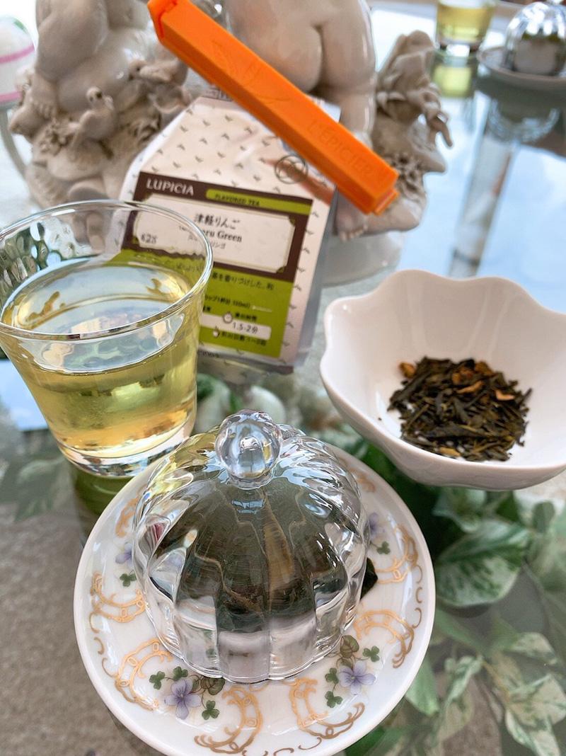 緑茶ベースのフリーズドライの津軽りんごが入った、爽やかな冷茶と