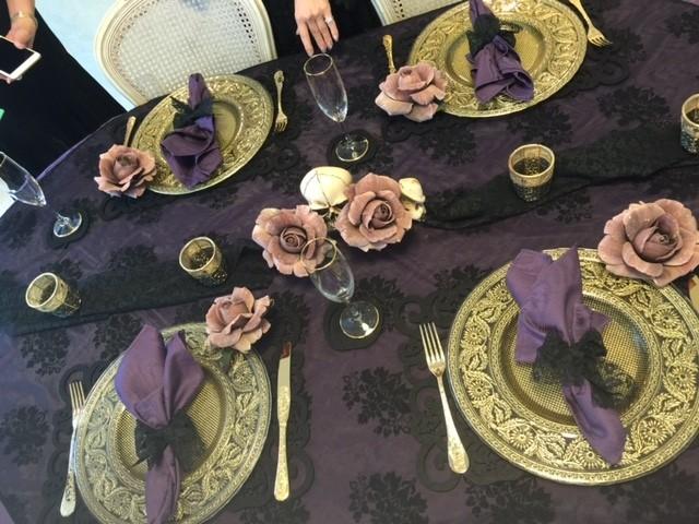 紫色のテーブルクロスに黒の薄~い大判スカーフをかけてみました。