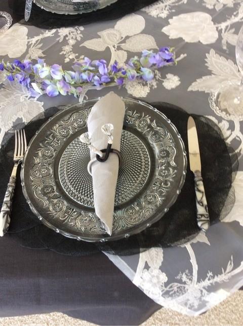 カトラリーも黒とグレーのマーブル モダーンなテーブルになりました
