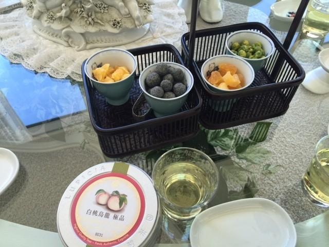 ウェルカムドリンクは白桃ウーロン茶のアイスティー 、 ドライフルーツやナッツなど