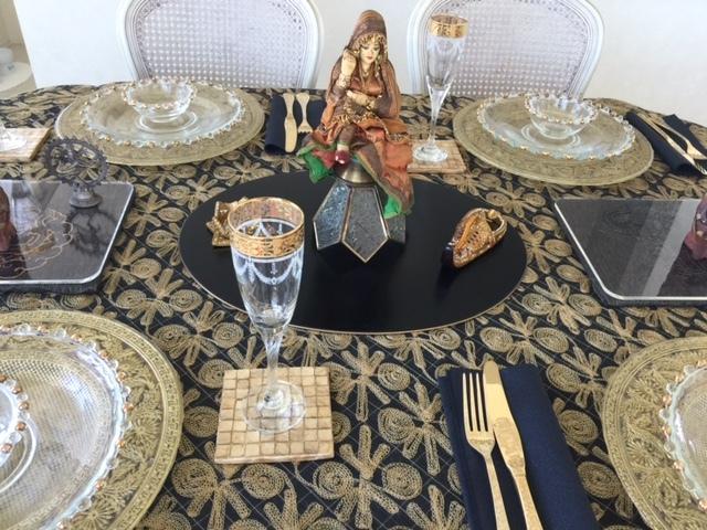インド風のテーブルデコレーション 中央の女性はインドの花嫁さん