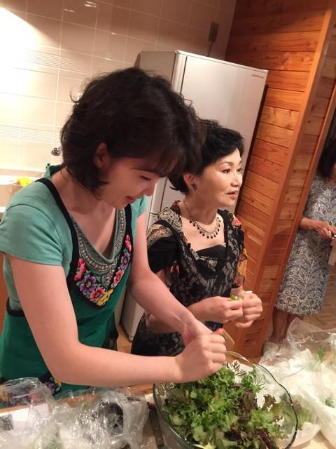 話しながら、バリバリ野菜を手でちぎって...., 相変わらず、ワイルドだど〜