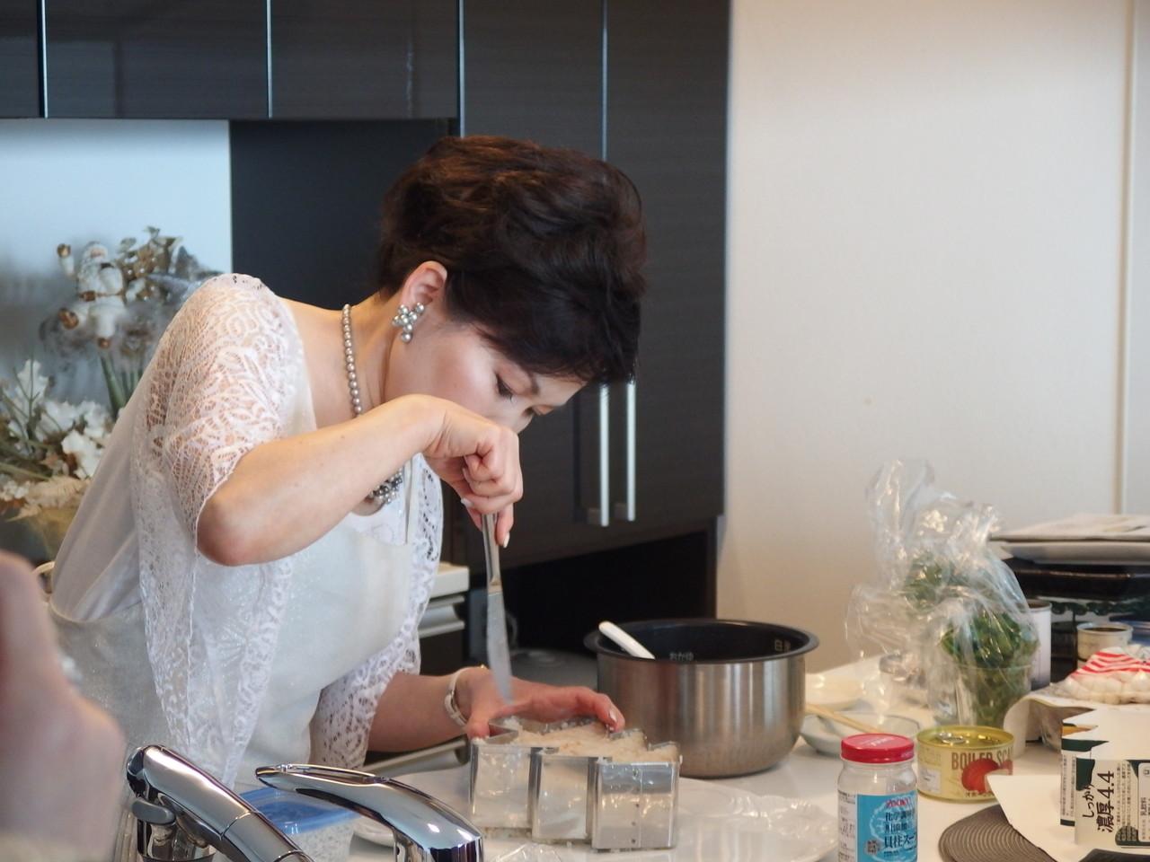 料理のデモはいつも笑いの中で・・・