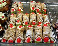 これが本来の形です。カンノーロっていうのは シチリアの伝統的なお菓子なんです!