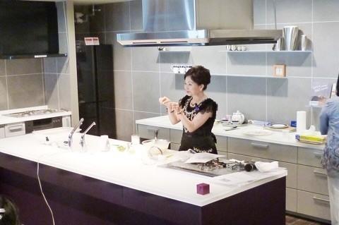 綺麗なキッチンでスイーツ2種をデモンストレーション!