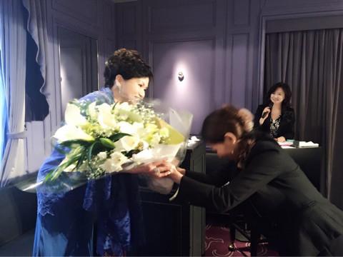 最後に主催者のサロネーゼスタイルのお二人から 花束のプレゼント