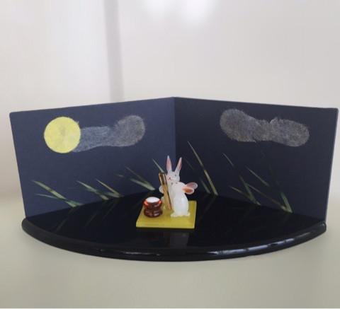 ガラスで出来たお餅をついているウサギ