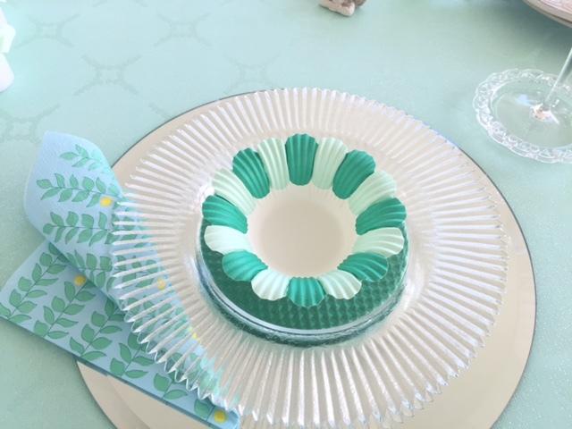 グリーンのカップは紙製です。