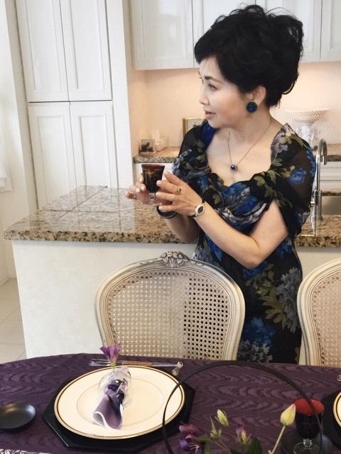 今月の私のいでたちは・・・   テーブルに合わせて黒とブルーにしてみました