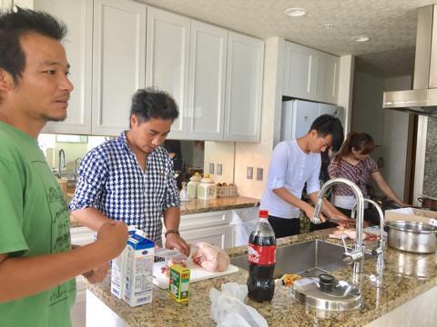 朝からライ君とそのお友達、総勢5名‼️ 我が家のキッチンで 本場のネパールカレー作りが始まりました。