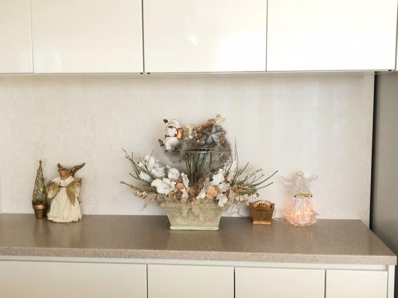 こちらはキッチンカウンターにいる天使やサンタ