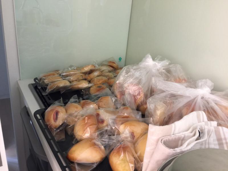 80個のパンを焼いて、軽井沢から下げてきて下さいました。