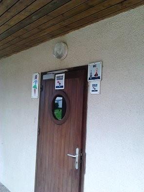 die Franzosen haben erkannt wer beim Camping für die Chemie-Toilette zuständig ist - die Frauen.