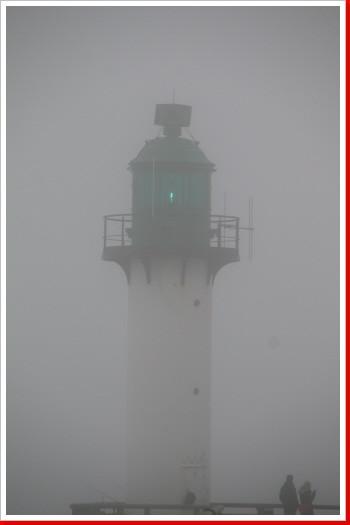 Hafeneinfahrt Calais im Nebel
