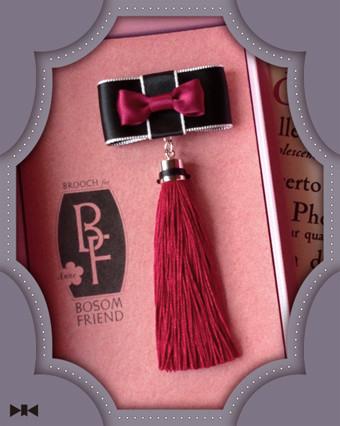 《腹心の友ブローチ〜赤毛のアン》友情の証たるアンの赤毛のひと房を胸元に…/全長:約13cm・オリジナルキャスケット入り・蔵書票つき/税込8,400yen ☆売約後、再納品しました