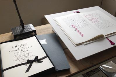 《HOLON タイポグラフィ作品展 スクリプトリウム 〜聖書の言葉を写し、纏う試み〜》展示風景/書物作品《QUIRE》シリーズ