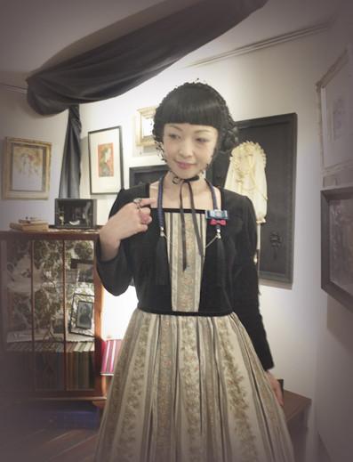 さち様ご自身のブランド「Sacherie」のヘッドドレス、セラフィム様のワンピースに《O・SA・GE ブローチ》を合わせて頂きました♪ 右手には、青月さまとお色違い、薄桃色の《ミドルフィンガー・ブローチ(指輪)》が揺れます♪