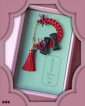 《カフス・ブローチ〜赤毛のアン》ブレスレット部分を絹糸で三編みしたアクセサリー/オリジナルキャスケット入り・蔵書票つき/税込13,650yen