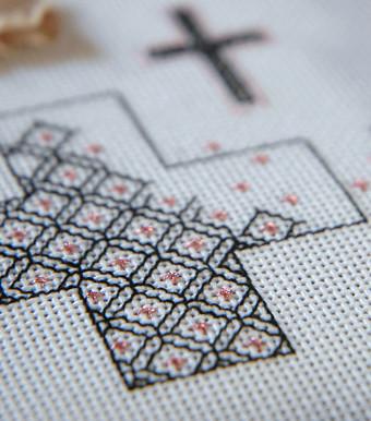 ブラックワークで刺繍した十字架
