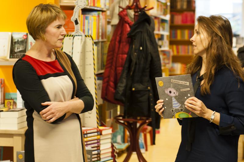 Ik mag het eerste boek overhandigen aan Anjo Vrieling