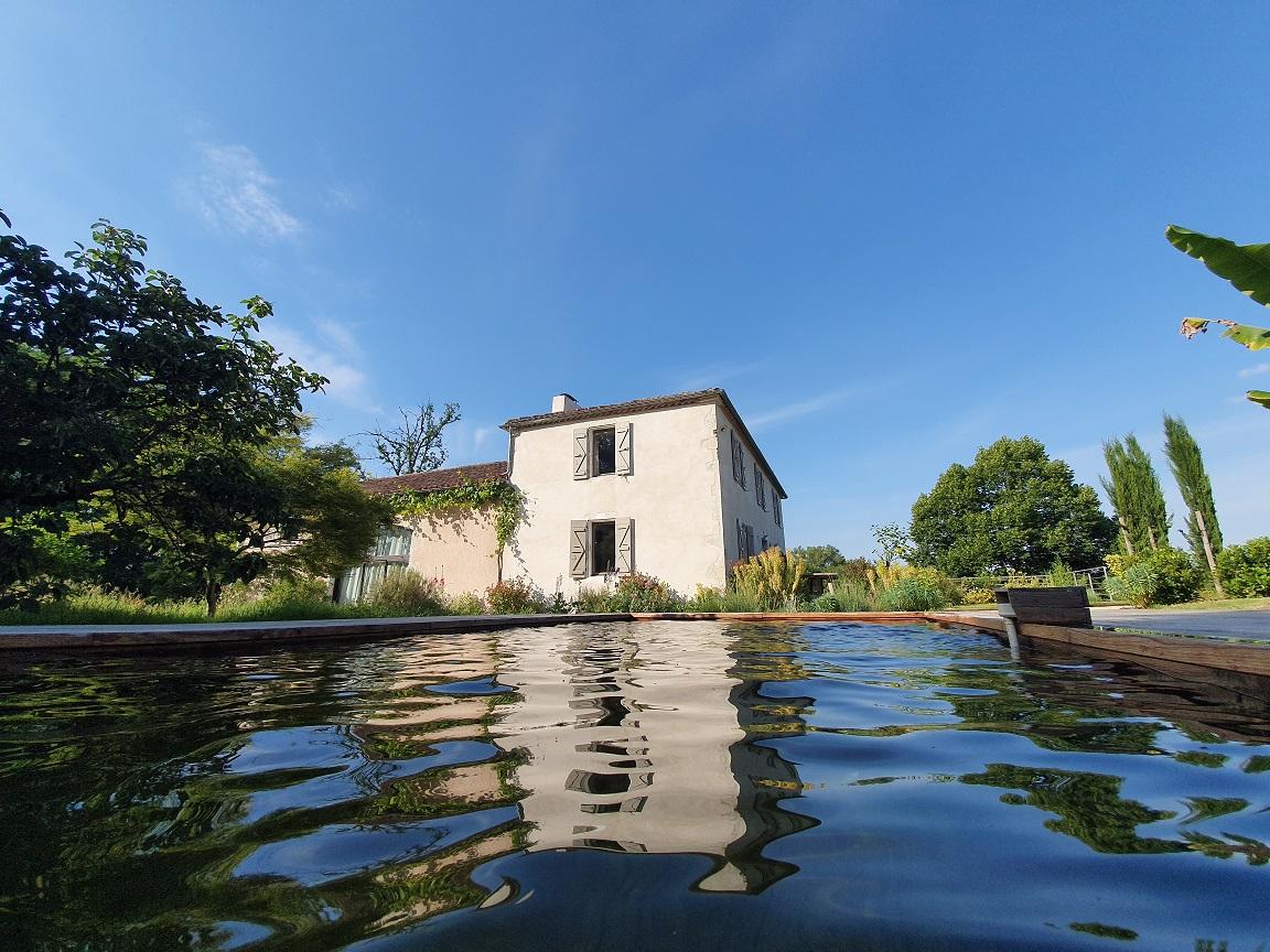 A Lassenat la piscine est écologique, sans chlore, ni brome, ni sel.