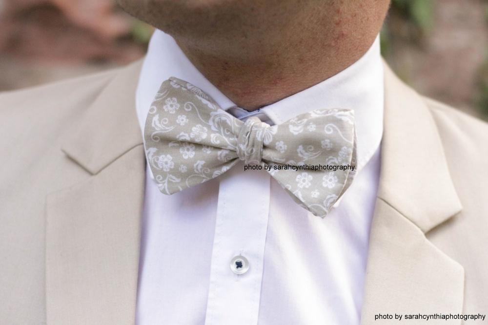 Querbinder - Fliege beige Blumenmuster auf weißes Hemd und brauner anzug