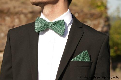 Einstecktuch grün schwarz elegant auf weißes hemd schwarzer anzug elegant- Schleife einstecktuch