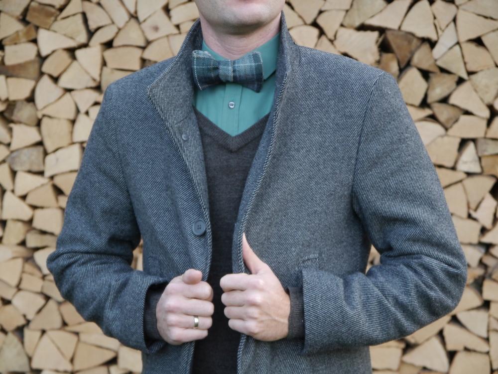 Herren Anzug Fliege grün beige kariert - winterfliege- weihnachtsfliege - schleife auf grünes hemd brauner pullover mantel