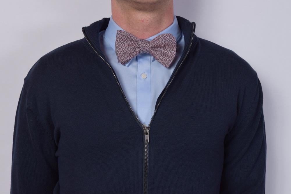 Querbinder - Fliege rot - blau - weiß gemustert auf dunklem Pullover