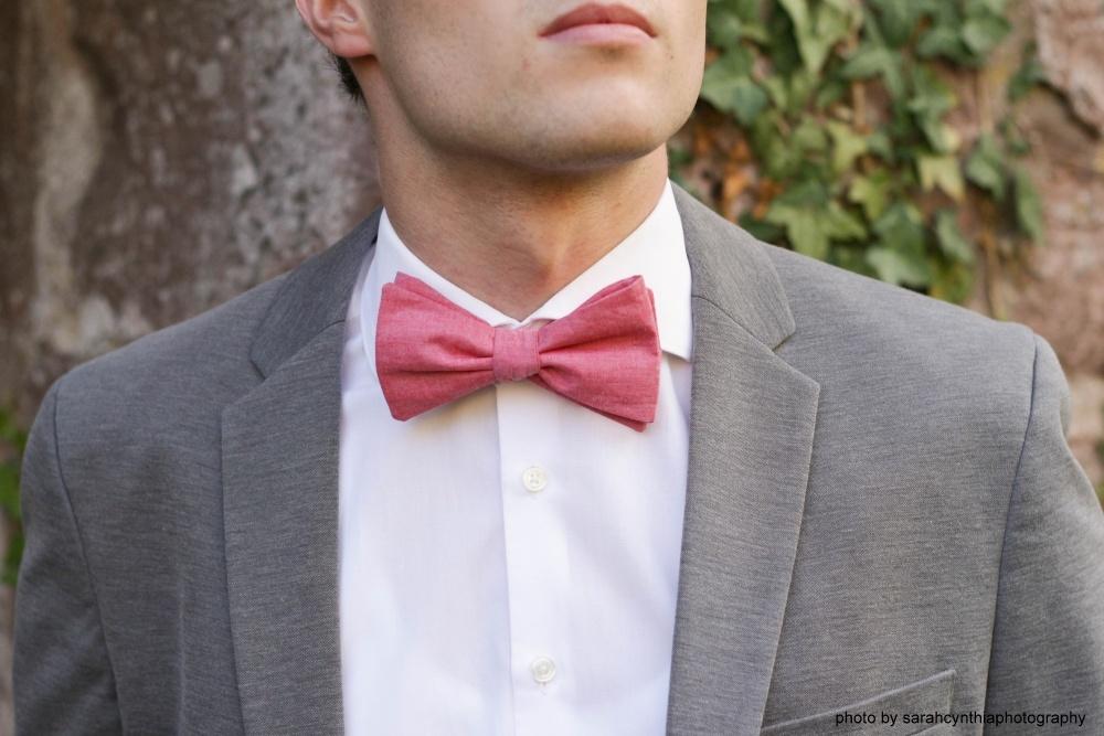 Herren Anzug Fliege lachsfarben - rose aus Leinen auf grauen anzug und weißes hemd