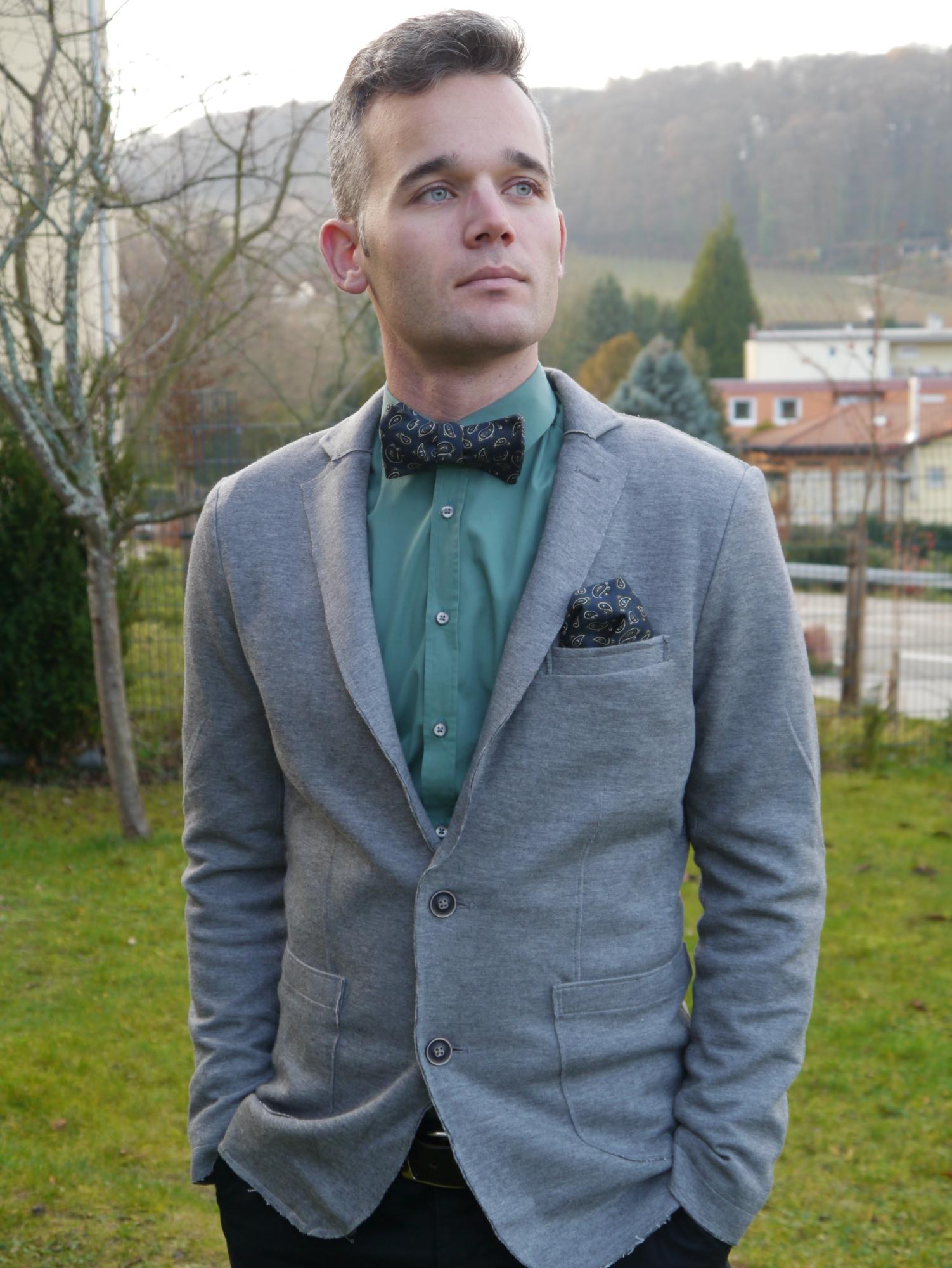 grüne winterfliege auf grünes hemd grauer anzug
