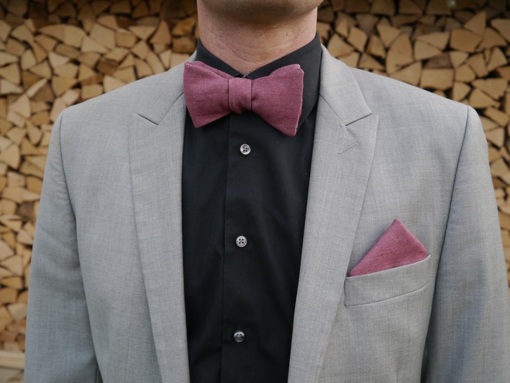 Herren Anzug Fliege in rot dunkel rose - jeansfliege - schleife auf schwarzes hemd grauer anzug einstecktuch