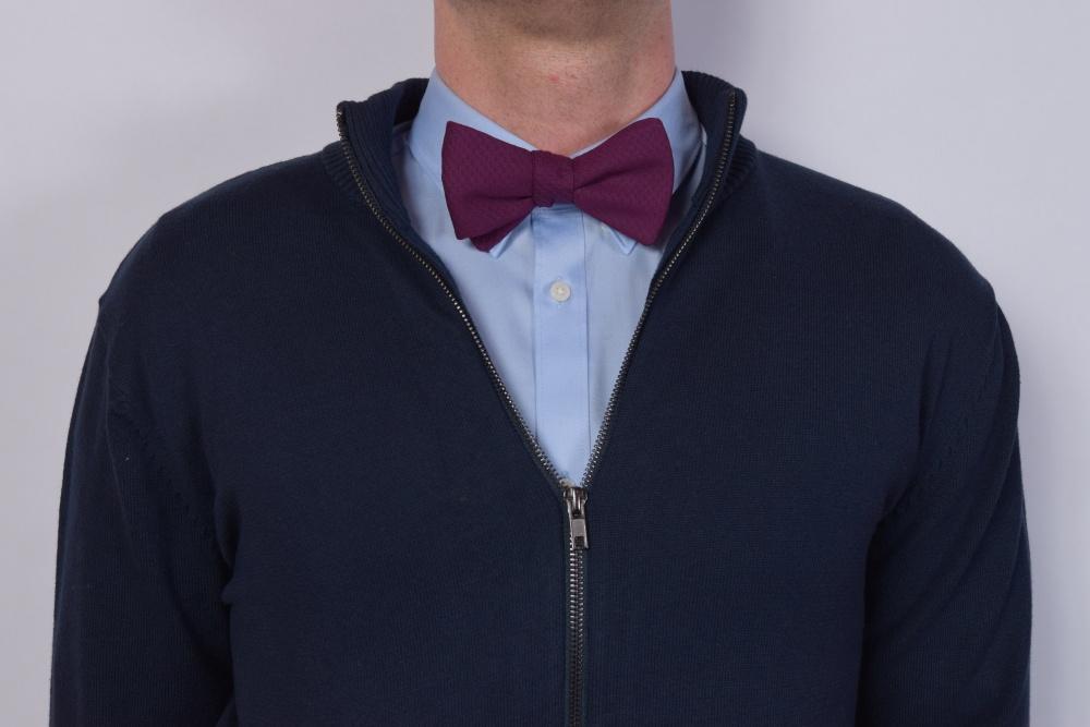 Querbinder - Fliege violett lila gemustert auf blauem Hemd und schwarzem Pullover
