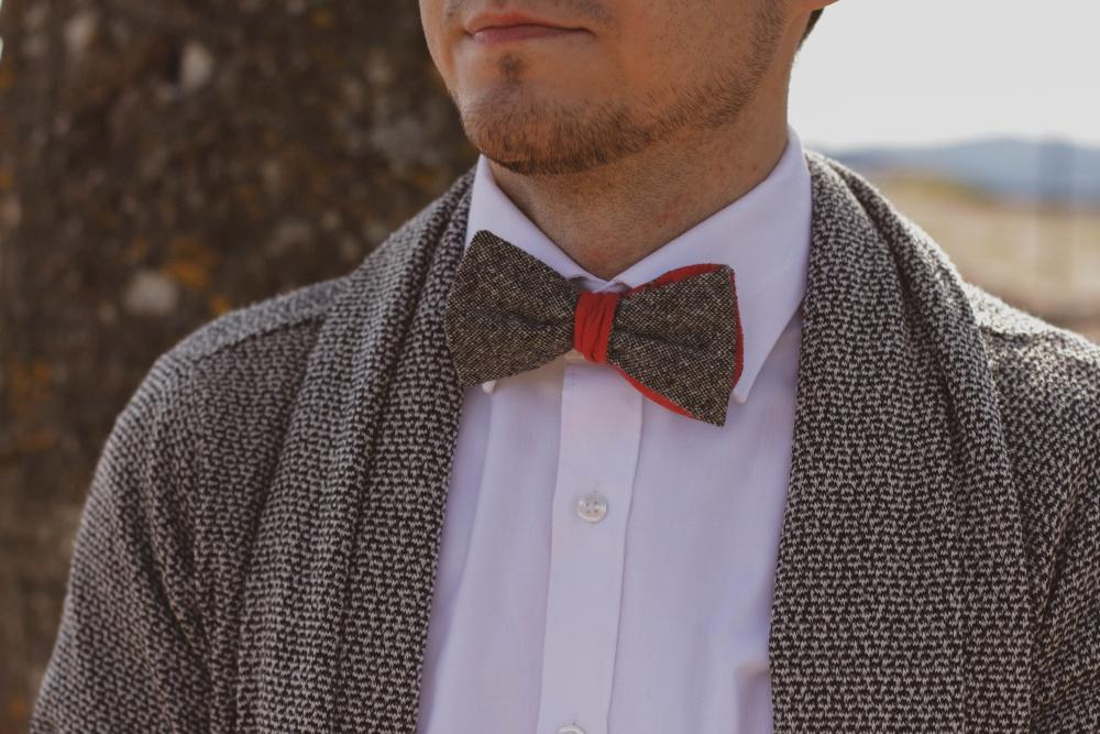 Querbinder - Fliege rot graue Kombination auf cardigan und weißes Hemd
