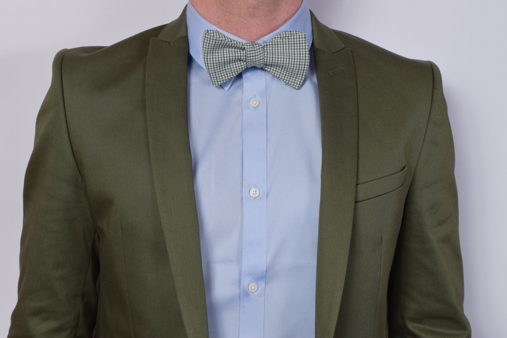 Querbinder - Fliege  grüne - beige - weiße Musterung auf grünem Anzug