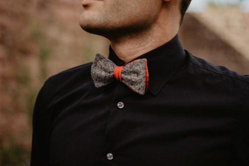 Rot grau gemusterte Fliege zum Selberbinden auf schwarzem Hemd