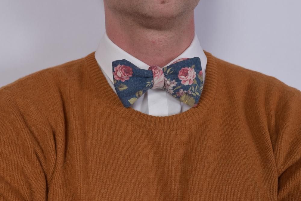 Blaue Herren Anzug Fliege mit Blumenmuster auf braunem Pullover - Casual Stil