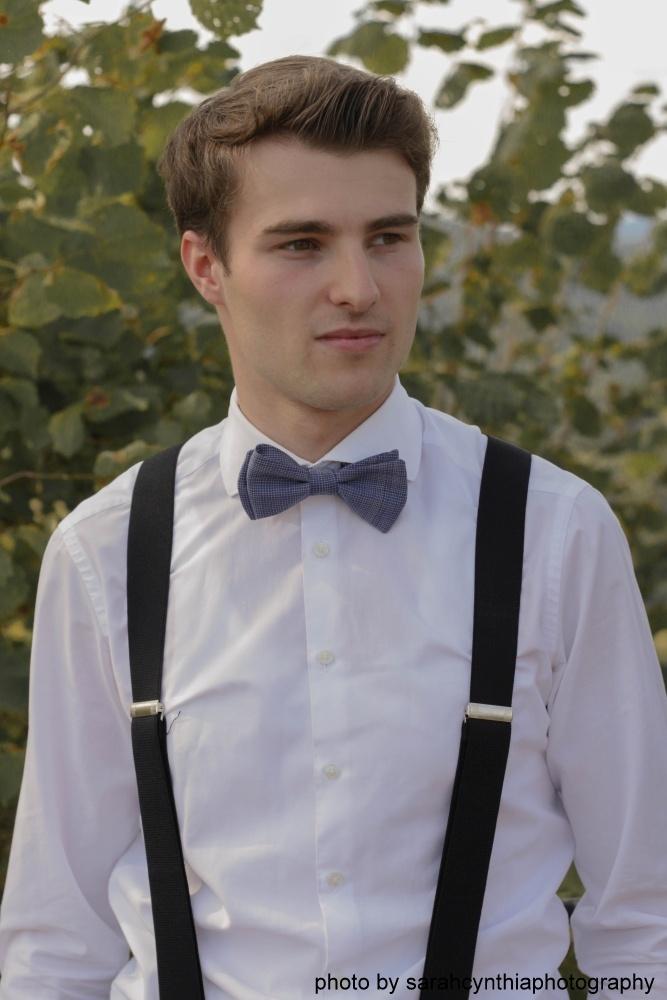 Querbinder - Fliege blau weiß kariert auf weißes hemd und hosenträger