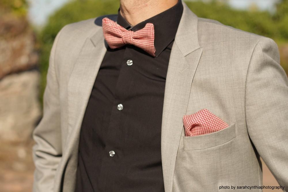 rot weiße fliege mit einstecktuch auf schwarzes hemd und grauer anzug