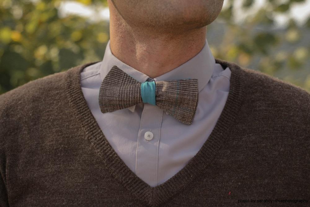 Querbinder - Fliege blau braune Kombination auf braunem Pullover