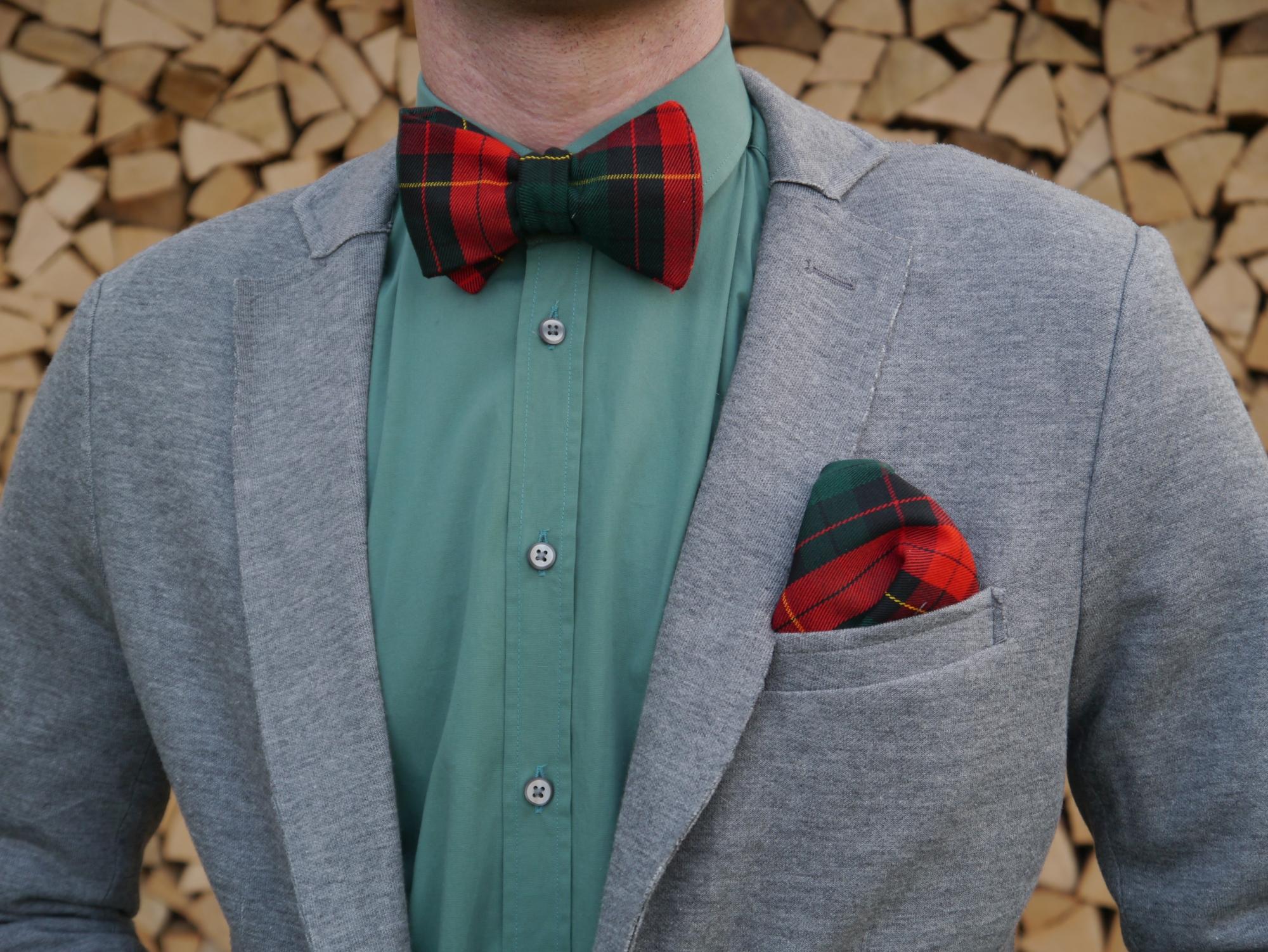 weihnachtsfliege winterfliege grün rote fliege auf grünes hemd und grauer anzug