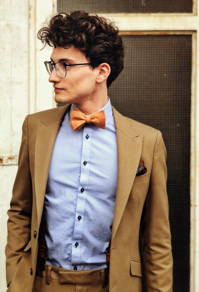 orangene fliege auf brauner anzug blaues hemd einstecktuch