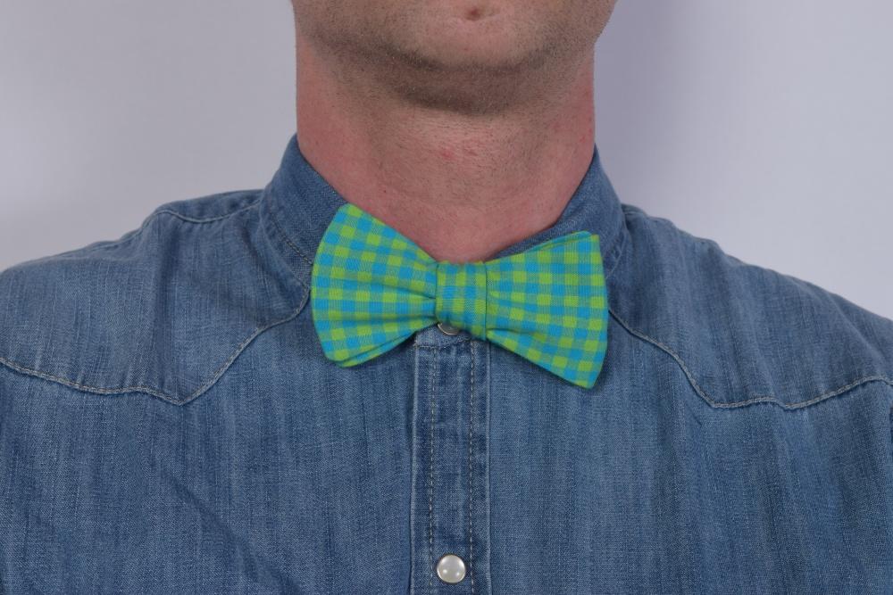 Querbinder - Fliege grün blau gelb kariert auf Jeanshemd