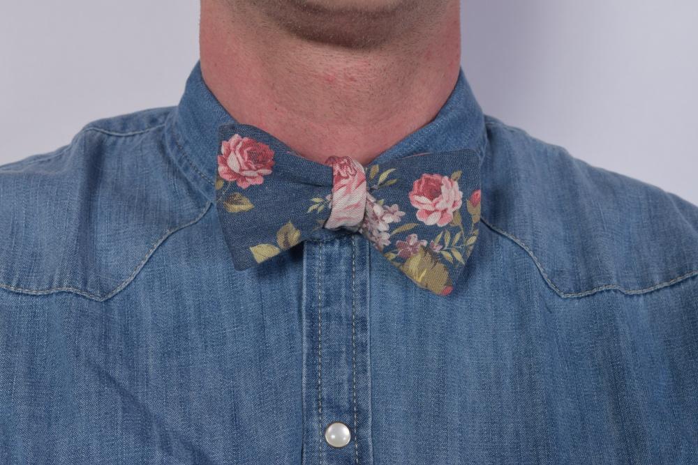 Blumen Herren Fliege zum Selberbinden blau auf Jeanshemd