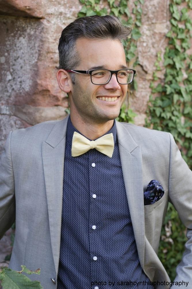 Gelbe Herren Anzug Fliege aus Leinen auf blau gemustertes hemd und grauer anzug